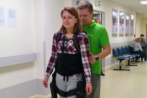 rehabilitacja egzoszkielet konstancin male - Egzoszkielet pomaga kolejnej pacjentce